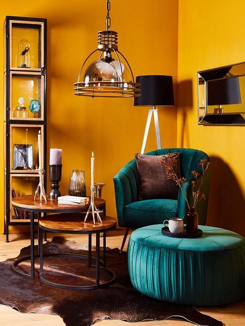 Gelbe Leseecke mit türkisem Sessel und Pouf und Beistelltischen