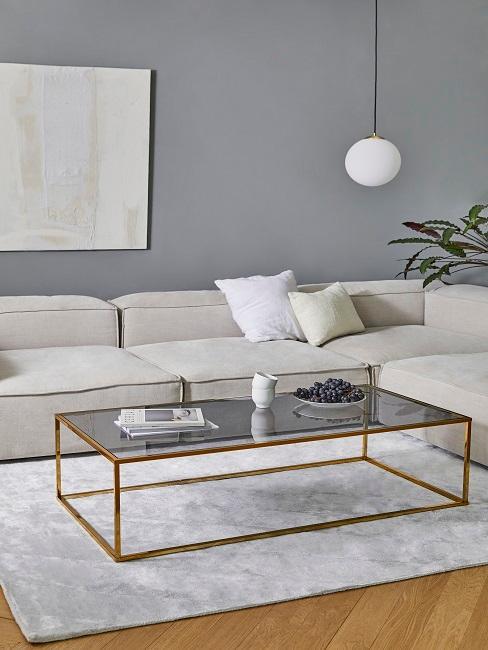 Hellgraue Wandfarbe mit cremefarbener Couch
