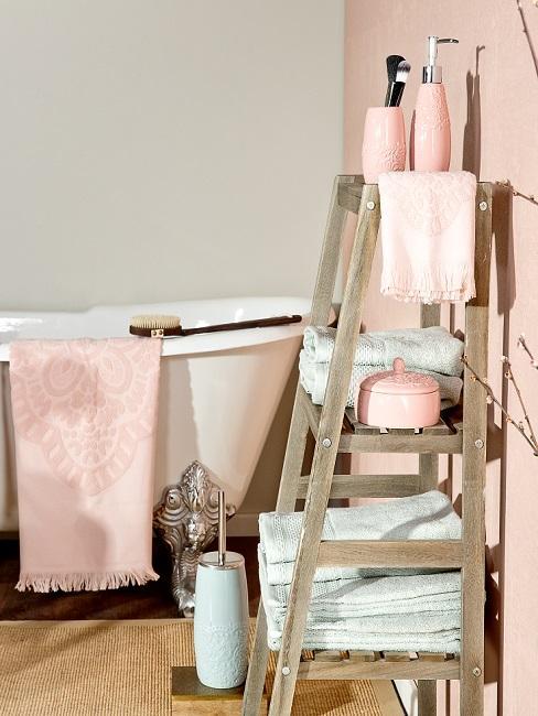 Wandfarbe Sand und Rosa in Badezimmer mit Badewanne und Regal