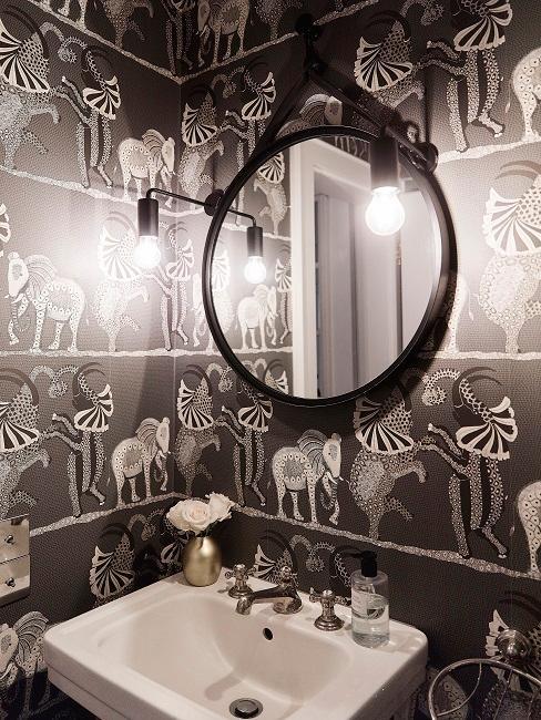 Dunkle Wandfarbe mit Tiermotiven im Badezimmer