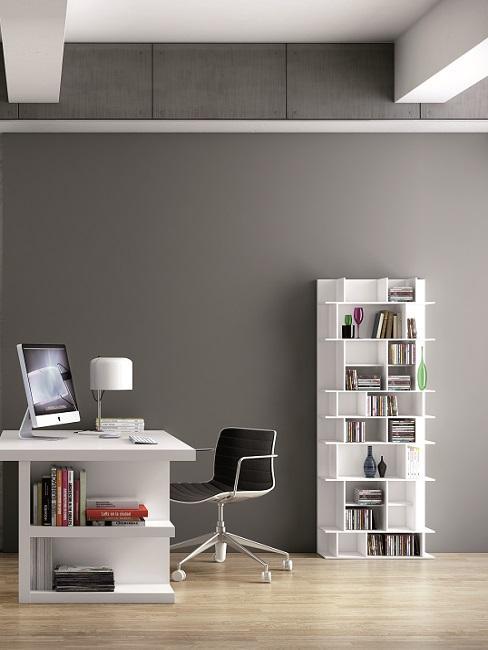 Graue Wand im Büro mit weißen Möbeln und schwarzem Stuhl