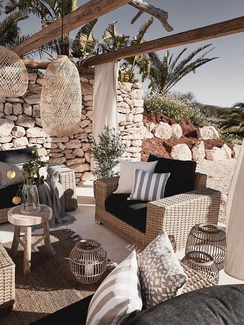 Meditterrane Terrasse mit Loungemöbeln und Holzdeko
