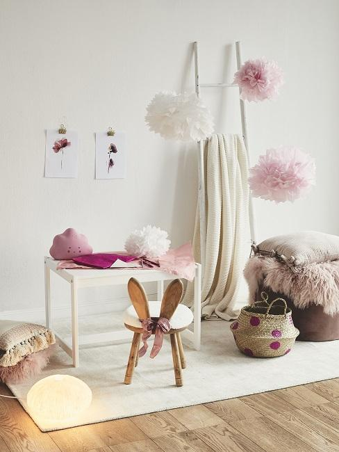 Wolken im Kinderzimmer mit Tisch, Dekoleiter und Körben