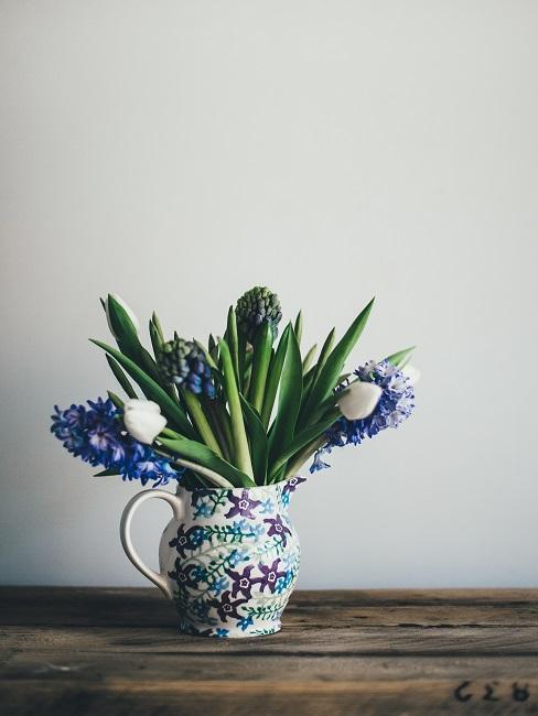 Tulpen-Deko in blau-weißem Krug