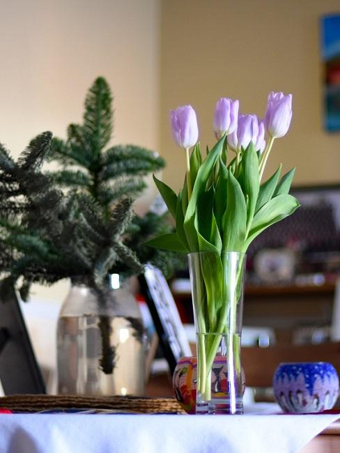 Tulpen in der Glasvase auf dem Tisch
