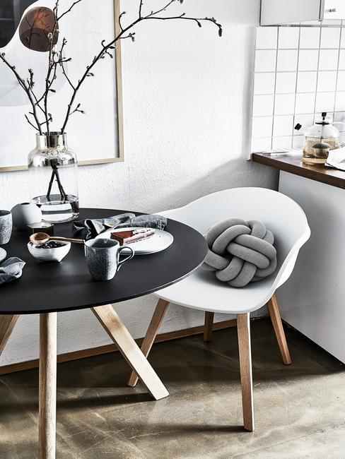 Silla eames blanca con mesa negra redonda