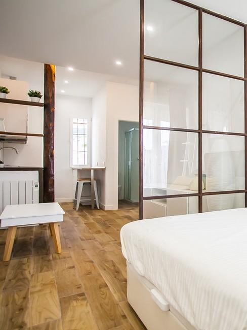Dormitorio abierto en tonos marrón y blanco