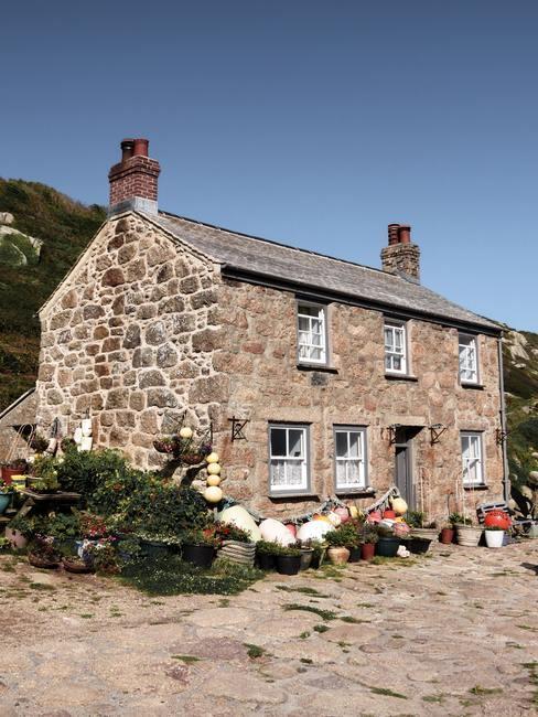 Casa campestre de piedra de dos pisos de estilo inglés