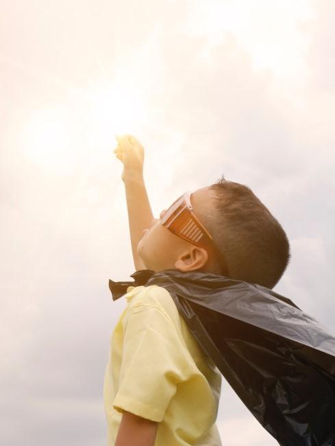 niño creyendo ser un super heroe