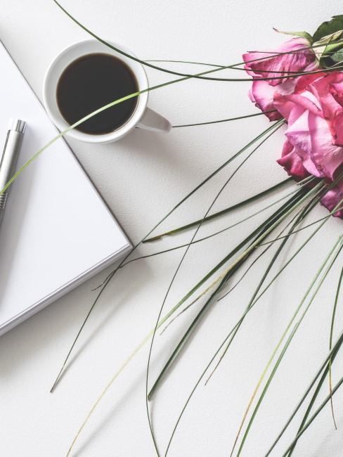 cuaderno con cafe y rosas