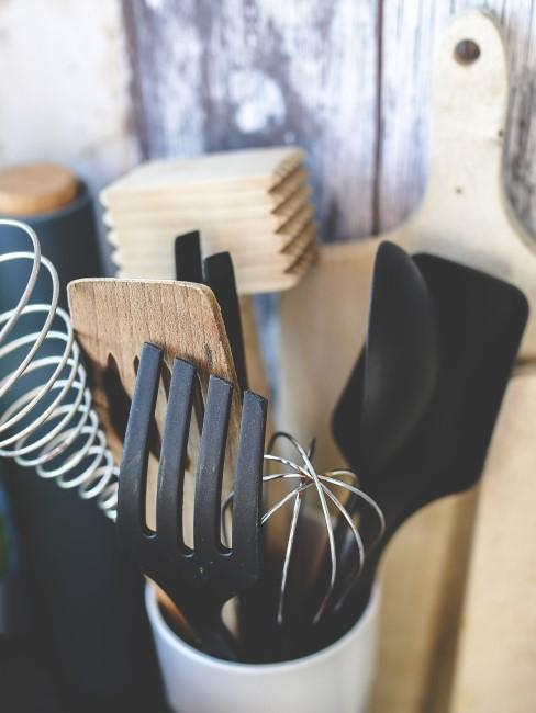utensilios de cocina de plástilo y madera