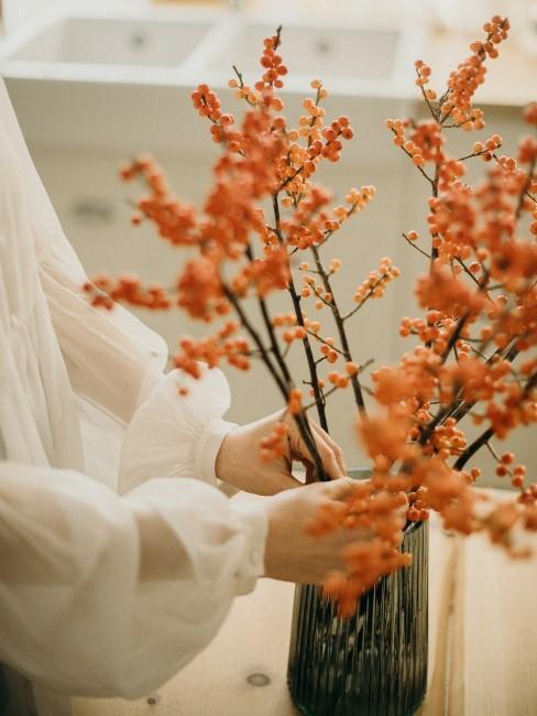 flores naranja de otoño en jarrón