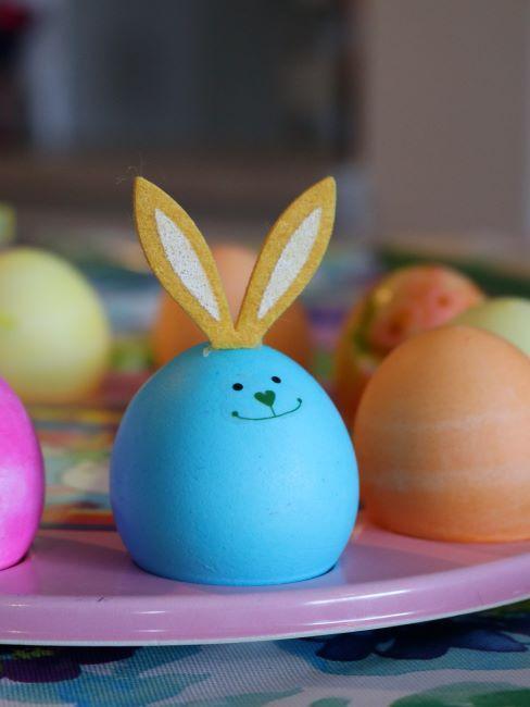 Lapin de Pâques fait d'un œuf peint en bleu