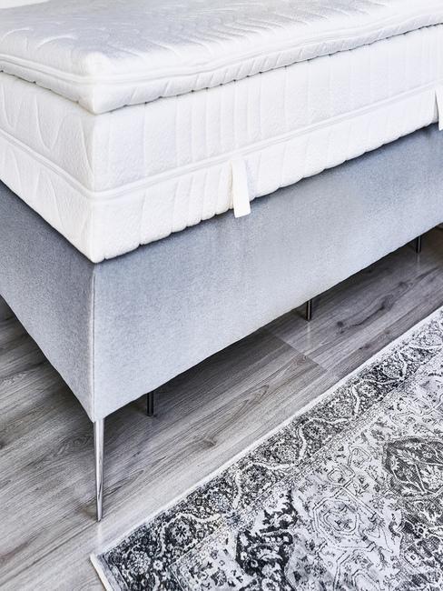 surmatelas blanc sur lit gris