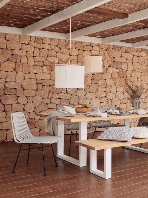 Salon en maison avec mur en pierre et lampes basses