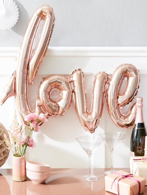 Lettre Love en ballons rose