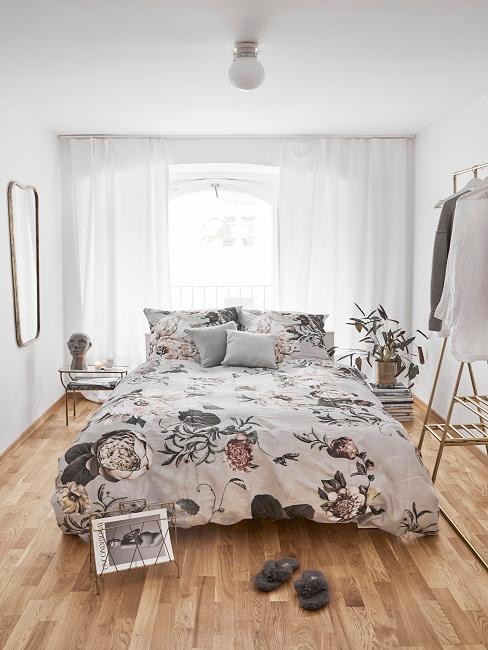 Chambre à coucher avec lit avec linge assorti