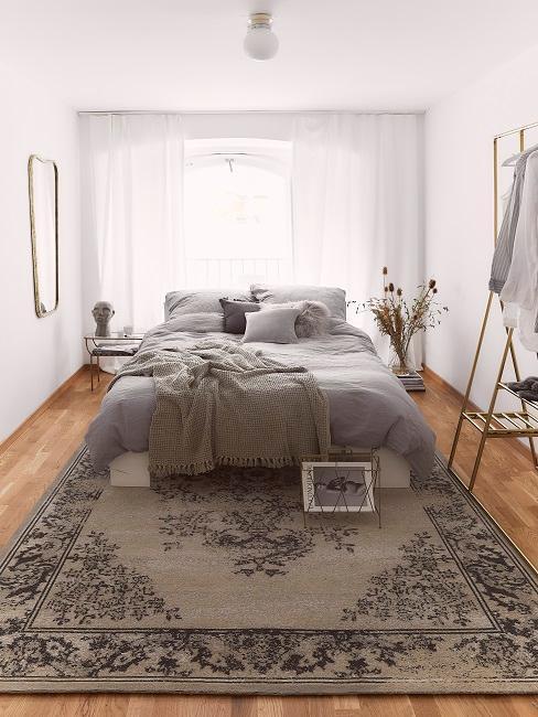 chambre à coucher, grand lit au milieu de la pièce