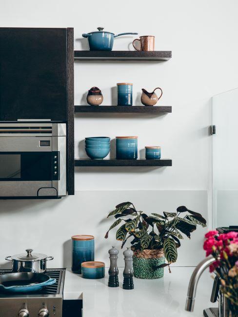 Cuisine avec vaisselle vintage couleur bleue