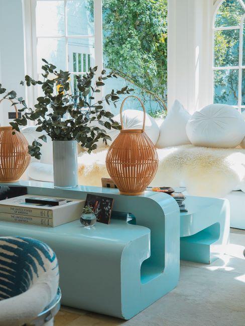Salon couleurs claires vert et blanc avec plantes