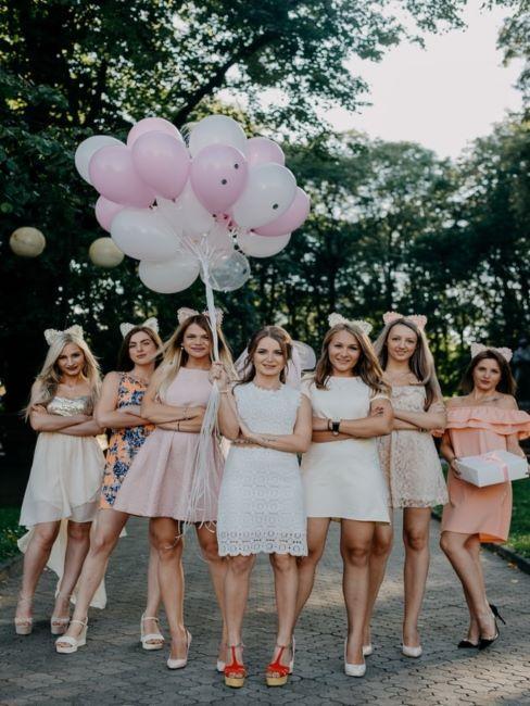 groupe de femmes dans la rue avec ballons de fête