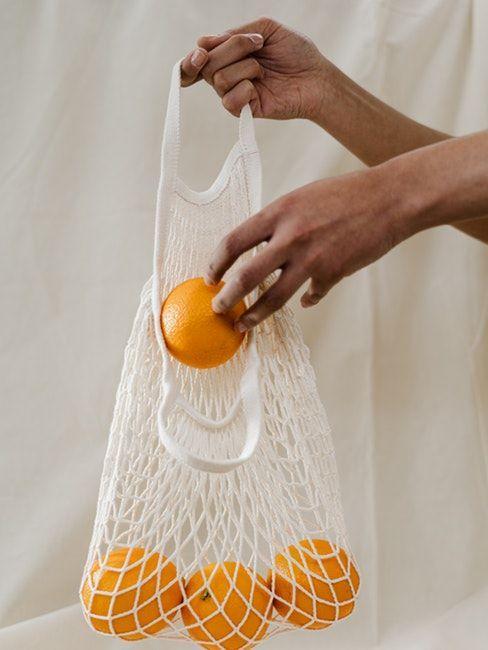 Sac crocheté blanc avec des oranges dedans