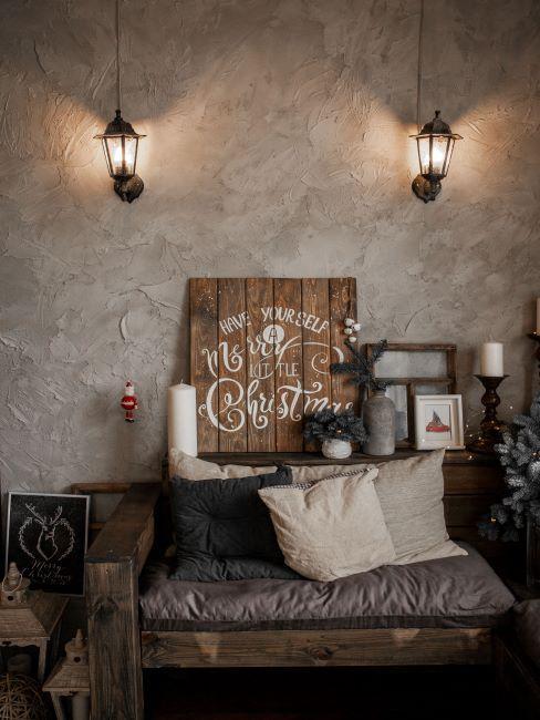 Salon avec mur à surface inégale, déco en bois, couleur bois, brun, violet délavé