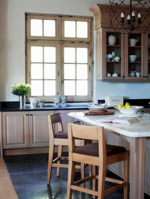 Vaisselier dans une cuisine style maison de campagne