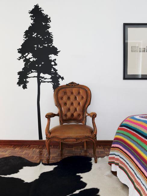 Fauteuil vintage, couvre-lit multicolore et tapis peau de vache