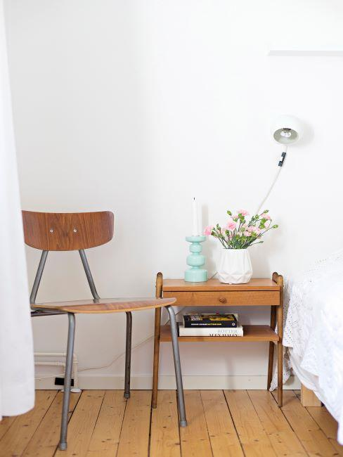 Chambre à coucher avec sol en bois et meubles en bois vintage