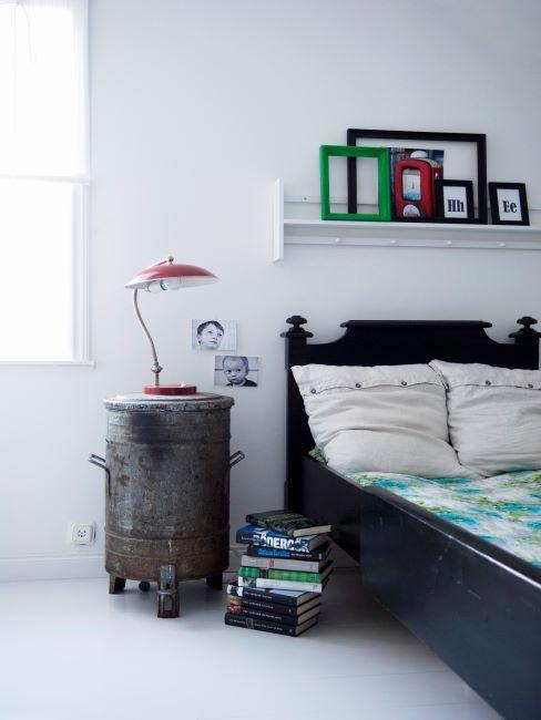 CHambre à coucher moderne avec lit vintage en bois foncé et table de nuit récup