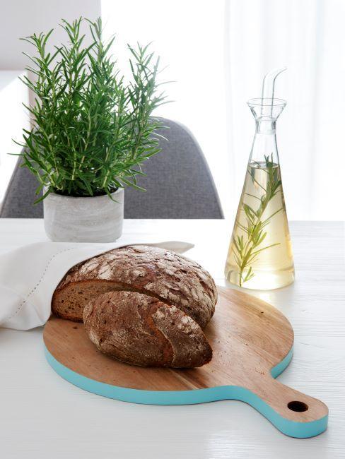un pain fait maison pose sur une planche en bois