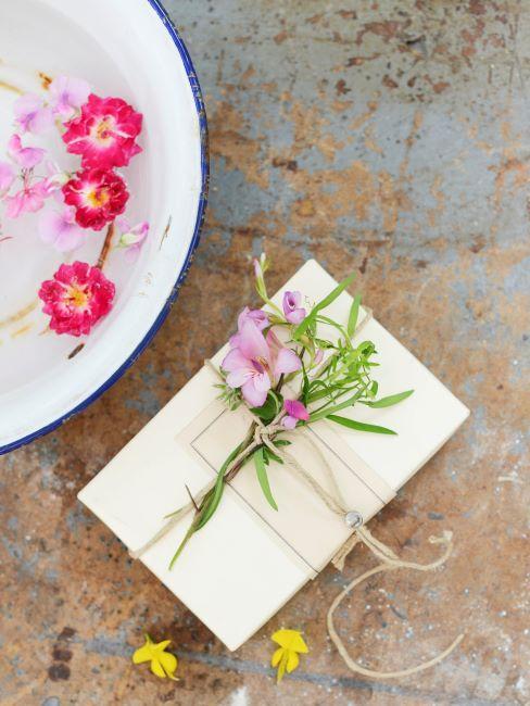 Cadeau decore de fleurs et bol rustique avec de l'eau et des fleurs