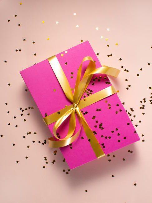 cadeau rose avec ruban et paillettes dores