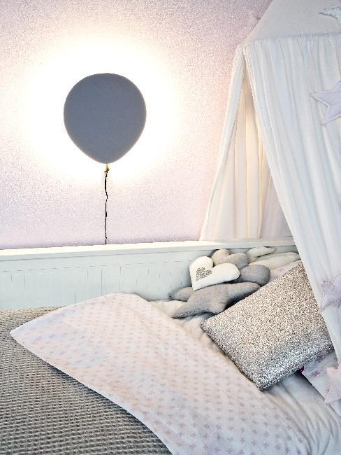 Chambre d'enfant, lit avec baldaquin, linge de lit gris et veilleuse en forme de ballon
