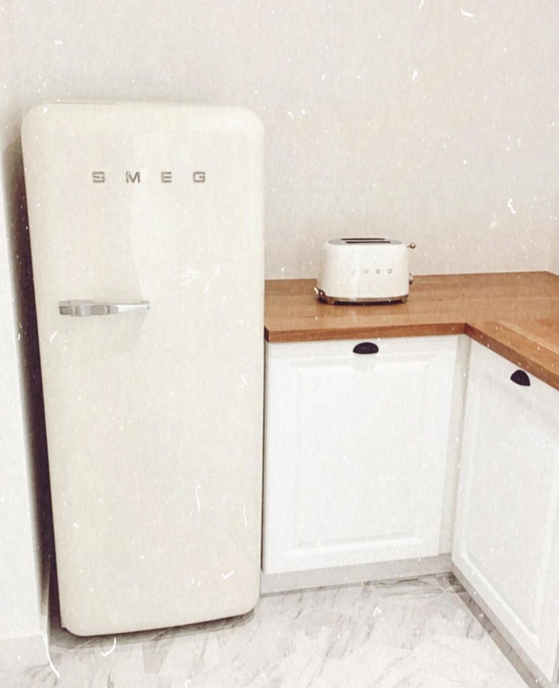 La cuisine de l'influenceuse babyatoutprix avec son frigo Smeg beige