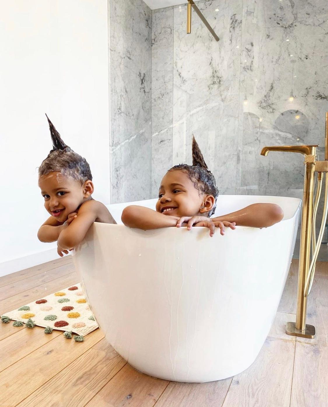 Les deux enfants de babyatoutprix prennent la pose dans leur bain