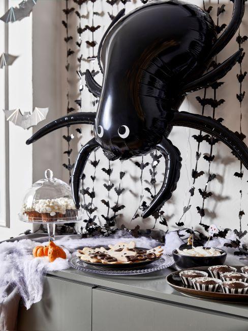 Table et mur decores de chauve-souris et d'araignee