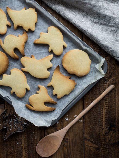 Biscuits sortis du four sur une plaque de cuisson