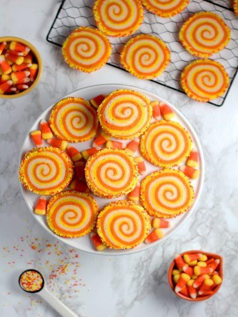 cupcakes oranges decores sur un presentoir a gateaux