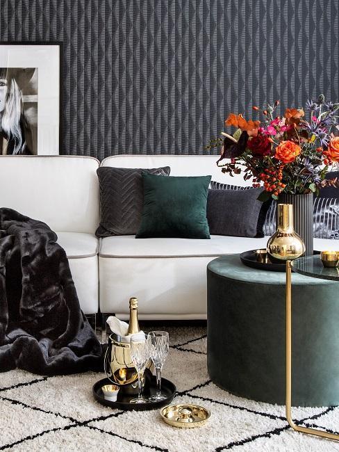 papier-peint-tendance-chic-velours-et-dorures, decoration noir vert doree, tapis blanc creme