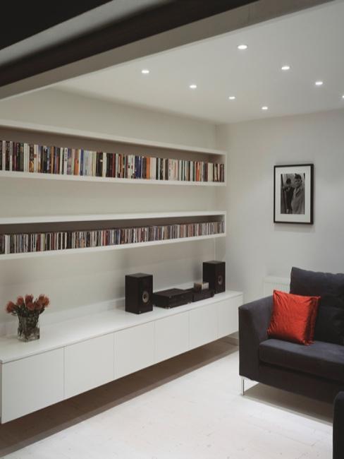 Intérieur moderne avec grande bibliothèque au mur