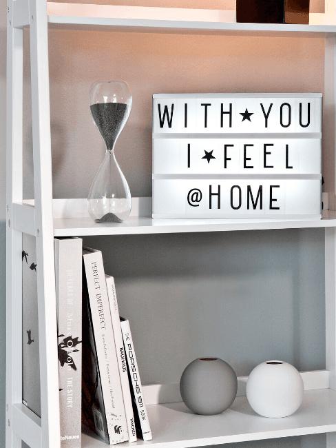 Lightbox con messaggio e accessori grigi e bianchi