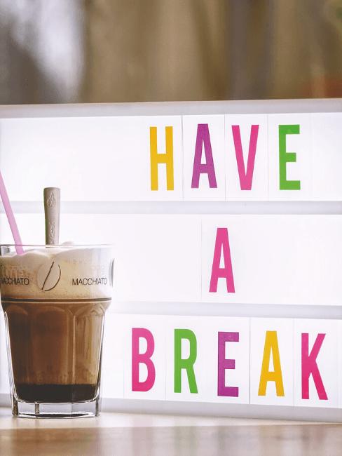 Lightbox con messaggio e bicchiere di caffè
