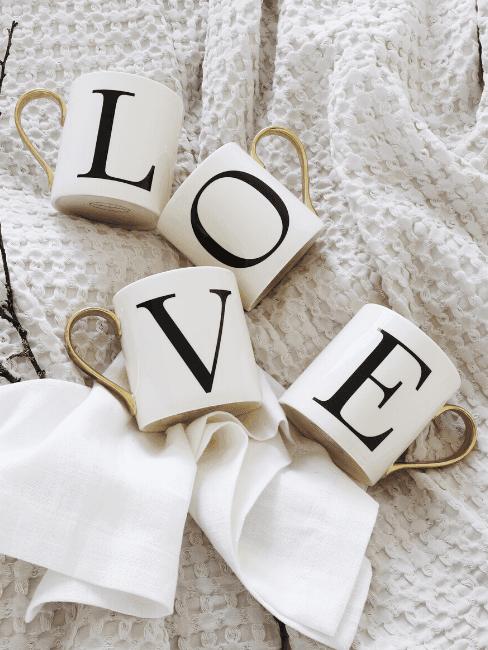 Tazze che compongono la scritta love