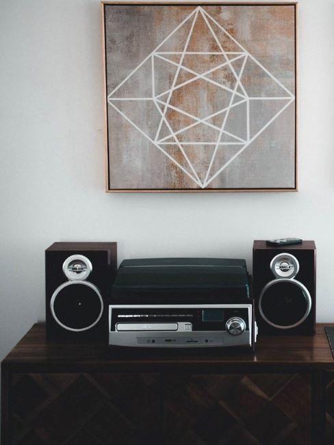 stereo su consolle e pannello fonoassorbente decorativo appeso al muro
