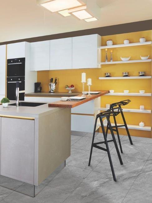 cucina moderna bianca con parete giallo senape