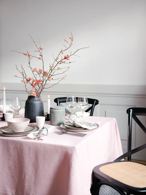 Gedekte tafel met serviesset en bloemen