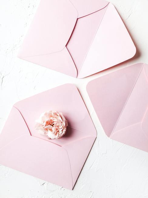 Roze enveloppen op witte achtergrond voor uitnodigingskaarten