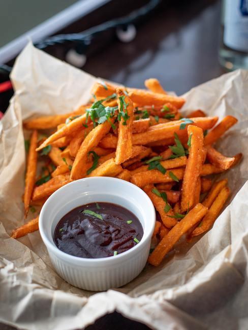 Zoete aardappelfrietjes met saus